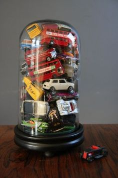 Accumulation de petites voitures sous une cloche de verre