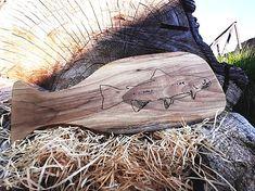 Lopárik s kresbou pstruha | smezdreva.sk Cutting Boards, Firewood, Crafts, Woodburning, Manualidades, Wooden Cutting Boards, Handmade Crafts, Craft, Cutting Board