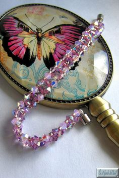 Pulsera Rosae - Dos tonos de tupis de cristal Swarovski con delicas Miyuki con baño de plata y cierre de seguridad con forma de flor. Jewerly, Cuff Bracelets, Jewelry Making, Pearls, How To Make, Flower, Pink, Silver Bathroom, Two Tones