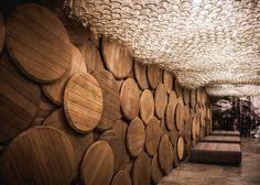 Bar en Ucrania con paredes hechas de #barriles,techo de botellas y mesas de barriles recuperados • Shustov Brandy BAR. #Repurposed materials                                                                                                                                                                                 Más