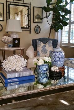 Credit: Paige minier - wonderful blue and white living room with blue and white Chinoiserie porcelains and coral . idea for coffee table arrangement Blue Rooms, White Rooms, Blue And White Living Room, Table Top Design, Asian Home Decor, Asian Inspired Decor, Blue And White China, Coral Blue, White Decor