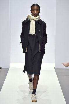 Margaret Howell is a contemporary British clothing designer. View the Margaret Howell womens show. Black Women Fashion, Love Fashion, Winter Fashion, Womens Fashion, Fashion Design, Fashion Trends, Margaret Howell, Monochrome Fashion, Minimal Fashion