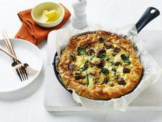 Mushroom and leek filo pie Vegetarian Side Dishes, Tasty Dishes, Vegetarian Recipes, Eggs And Mushrooms, Stuffed Mushrooms, Stuffed Peppers, Savory Pastry, Savory Tart, Mushroom Pie