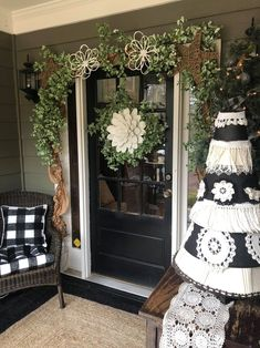 garland of flowers Ways To Decorate Your Front Door - The Shabby Tree Shabby Vintage, Porch Garland, Fall Garland, Shabby Chic Weihnachten, Filigranes Design, Farmhouse Front Porches, Shabby Chic Farmhouse, Modern Farmhouse, Farmhouse Decor