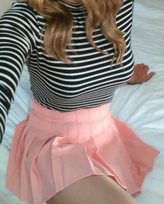 A collection of pictures of ladies wearing pleated mini skirts. Pleated Skirt Outfit Short, Pink Pleated Skirt, Sexy Skirt, Skirt Outfits, Cute Outfits, Skater Skirt, Cute Fashion, Skirt Fashion, Cute Skirts