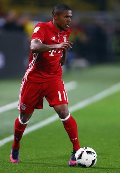 Douglas Costa of Muenchen controles the ball during the Bundesliga match between Borussia Dortmund and Bayern Muenchen at Signal Iduna Park on November 19, 2016 in Dortmund, Germany.