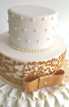 Bolo Cenográfico Branco e Dourado de Casamento ou 15 anos, decorado com pérolas e arabesco dourado - Ideais de decoração de Festa