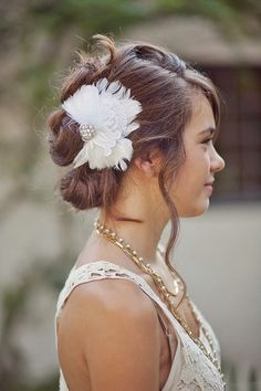 Bride's messy chignon wedding hairstyle ideas Toni Kami ⊱✿Flowers in her hair✿⊰ with feather barrette Bridal Fascinator, Wedding Fascinators, Long Hair Cut Short, Short Hair Styles, Messy Chignon, Brunette Bride, Casual Updo, Chignon Wedding, Feather Hair Clips