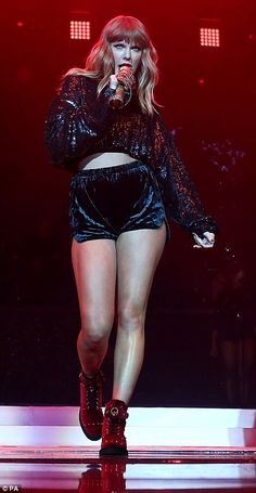The long-legged Taylor Swift delights with the Jingle Bell Ball Set by Capital FM. - Taylor Swift thrilled at Capital FM Jingle Bell Ball Taylor Swift Legs, Estilo Taylor Swift, Taylor Swift Style, Taylor Swift Pictures, Taylor Alison Swift, Taylor Swift 2017, Katy Perry Dress, Divas, Miss Americana