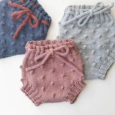 Chrochet d& chrochet, beaby chrochet, tricot, paterns, artisanat pour enfants . Girls Knitted Dress, Knit Baby Dress, Knitted Baby Clothes, Baby Vest, Baby Pants, Knitting For Kids, Baby Knitting Patterns, Pinterest Baby, Baby Outfits
