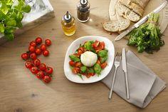 CAPRESE   Frische Kirschtomaten mit Büffel-Mozzarella, Basilikum und Rucola.