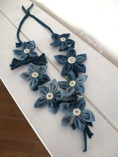 Creative Recycling Tutorial: how to make a flower necklace- Tutorial Riciclo Creativo: come fare collana di fiori da riciclo jeans. Italian Tutorial How to make a necklace with recycled jeans flowers - Diy Jeans, Recycle Jeans, Jeans Refashion, Jean Crafts, Denim Crafts, Fabric Necklace, Fabric Jewelry, Flower Necklace, Baby Jewelry
