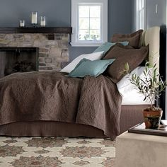 I like the color combination in this room: brown, beige, blue grey, blue and white.