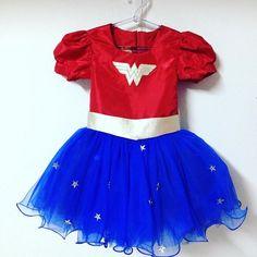 Vestido blusa de tafetá, cinto e simbolo de couro saia no tule com bordado de estrela. Acompanha tiara e punhos.