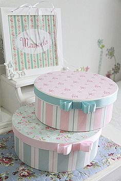 DIY Country Bathroom Decor Ideas Perhaps you think of home improvement work and think that such projects are beyond your capabilities. Rest assured that there are many easy projects that even a novice can master. Diy Gift Box, Diy Box, Shabby Chic Furniture, Shabby Chic Decor, Decoupage Box, Hat Boxes, Pretty Box, Altered Boxes, Cardboard Crafts
