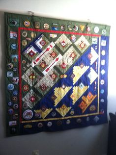 Eddie's Eagle Quilt = designed and pieced by Connie Doster = the patches represent ranks and activities from Cub Scouts and Boy Scouts = all those patches were hand-sewn on! Boy Scout Oath, Boy Scout Badges, Girl Scout Law, Scout Mom, Cub Scouts, Girl Scouts, Quilting Projects, Quilting Designs, Eagle Scout Project Ideas