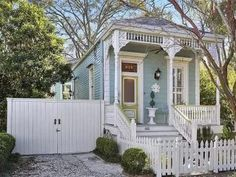 1890 Victorian For Sale In New Orleans Louisiana — Captivating Houses - Yvonne Teresa Nixon - Limpieza New Orleans Homes, New Orleans Louisiana, Franklin Louisiana, Victorian Cottage, Victorian Homes, Victorian Interiors, House Interiors, Porches, Architecture Renovation