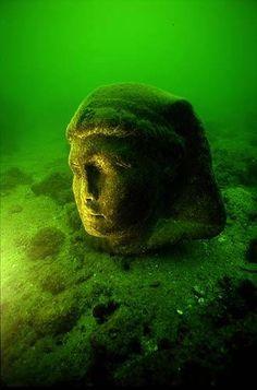 Testa colossale in granito sommersa nel porto di Alessandria d'Egitto http://it.wikipedia.org/wiki/Alessandria_d'Egitto