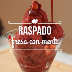 Raspado de fresa y menta Mexican Snacks, Mexican Food Recipes, Dessert Recipes, Delicious Desserts, Yummy Food, Tasty, Healthy Snacks, Healthy Recipes, Deli Food