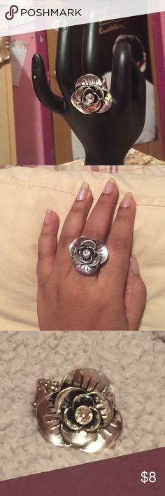 Silver flower stretch ring Silver, flower shaped ring. With a silver colored gem adorned in the middle. Stretchy and stylish! Petals and band are silver also! Jewelry Rings