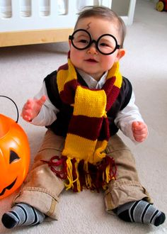 38 Last-Minute Halloween Costumes You Can Quickly DIY. Bets DIY Halloween costume ideas for adults. Creative costume design for girls and boys. Best Halloween party costume for women. Halloween costume for men. Homemade Halloween costume ideas for girls. Diy Halloween Costumes For Kids, Fete Halloween, First Halloween, Toddler Halloween, Happy Halloween, Crochet Halloween Costume, Newborn Halloween, Halloween Clothes, Halloween 2013