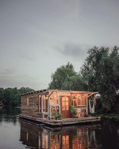 This adorable floating artist's studio was handmade. : CozyPlaces