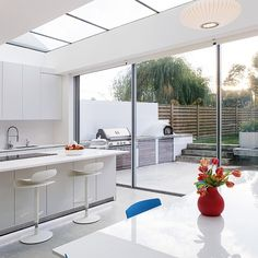 15 Classy Kitchen Extension Ideas You Can Steal To Suit Yourself Need some kitchen extension ideas? Here's 15 of the classiest kitchen extensions in the UK so you can get some inspiration for your kitchen extension! Home Design, Interior Design, Bright Kitchens, Home Kitchens, Orangerie Extension, Extension Designs, Extension Ideas, Rear Extension, Casa Patio