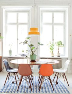 Charming combination of colorful retro design (Eames DSW, Lounge Chair) with a more classical style here. Room Feng Shui, Casa Retro, Home Decor Sites, Beautiful Dining Rooms, Dining Room Inspiration, Affordable Furniture, House And Home Magazine, Dining Room Design, Retro Dining Rooms