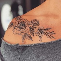 Roses on shoulder tattoo Rosen auf Schulter Tattoo Simple Shoulder Tattoo, Shoulder Tattoos For Women, Flower Tattoo Shoulder, Feminine Shoulder Tattoos, Rose Tattoos For Women, Shoulder Sleeve Tattoos, Simple Rose Tattoo, Beautiful Tattoos For Women, Womens Rose Tattoo