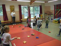 Lancer les sacs de l'autre côté du tapis Infant Activities, Activities For Kids, Lets Move, Autism Sensory, French Immersion, School Sports, Yoga For Kids, Gross Motor, Literacy Centers