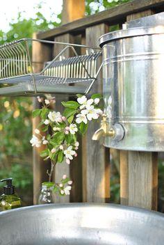 hannashantverk.blogspot.se utekök vattenbehållare Outdoor Sinks, Outdoor Bathrooms, Red Cottage, Cozy Cottage, Rustic Outdoor, Outdoor Decor, Shed Interior, Summer Cabins, Allotment Gardening