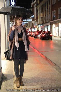 Oliviamode Robe bleue nuit encolure djellaba Cache-Cache - Maxi gilet forme poncho en laine chinée Cache-Cache - Ceinture large élastiquée New Yorker - Echarpe coton et dentelle vieux rose It'z - Parapluie Isotoner chez Cora - collant en tricot gris H&M - Low boots camel forme santiag C&A - Maxi sac besace Desigual