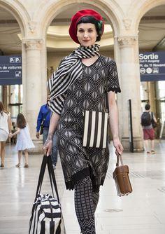 Robe à manches courtes réalisée en belle maille jacquard dont le motif s'inspire de l'Art Déco. Encolure en V et bordures en maille pointelle à motif zigzag en bas de manche et à la base.