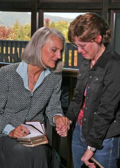 Anne Graham Lotz praying