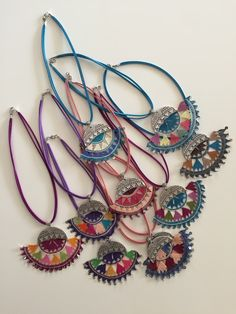 This post was discovered by Osman. Discover (and save!) your own Posts on Unirazi. Homemade Jewelry, Diy Jewelry, Beaded Jewelry, Jewelery, Crochet Earrings Pattern, Crochet Necklace, Form Crochet, Fabric Necklace, Textile Jewelry