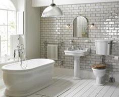 mooie colonial badkamer suite Vanheck badkamers, met kunststof vrijstaande bad en porcelein wastafel en toilet. Nieuwe collectie badkamer vloeren echt hout en yorkshire wandtegel