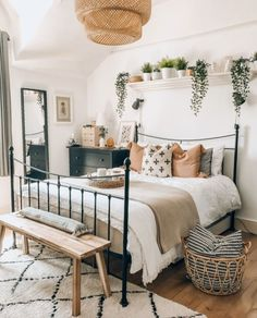 Primer apartamento bohemio ideas de decoración de dormitorio para que vea . - Ideas de decoración de dormitorio bohemio de primer apartamento para que vea - Boho Bedroom Decor, Room Ideas Bedroom, Boho Room, Home Bedroom, Home Living Room, Bedroom Plants Decor, White Wall Bedroom, Bedroom Inspo, Industrial Bedroom Decor