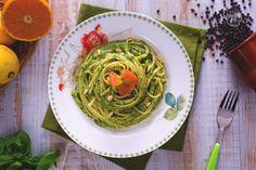 Le bavette con pesto di agrumi sono un primo piatto profumato e saporito, condito con un pesto al basilico aromatizzato con arance e limoni.
