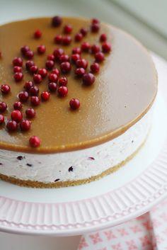 Ihanaa, puolukat ovat täällä! Älkää ihmeessä väheksykö puolukan käyttömahdollisuuksia: tuosta kirpsakasta marjasta voi tehdä visparin lisäksi puolukkamehua, jäädykettä, puolukka-toscapiirakkaa sekä vaikka puolukkajuustokakkua. Vegan Cake, Vegan Desserts, Dessert Recipes, Sweet Bakery, Just Eat It, Sweet Pastries, Piece Of Cakes, Vegan Baking, Something Sweet