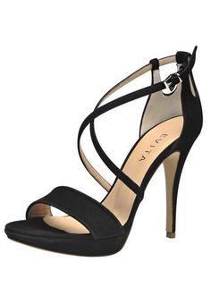 1b12b7107a866b Die neuen Sandaletten von Evita kommen im Star-Look daher  Raffiniert  geschlungene