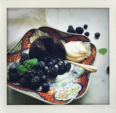 Chocolate fondant / Molten cake / Lava cake / with dates and berries (I huvudet på Elvaelva).