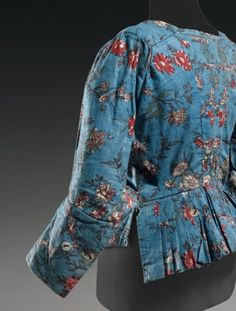 Back view, caraco, c. Printed cotton with floral motifs on blue ground (indienne fabric). What a gorgeous bright colour! 18th Century Dress, 18th Century Clothing, 18th Century Fashion, Historical Costume, Historical Clothing, Mode Rococo, Costume Ethnique, Motifs Textiles, Bleu Indigo