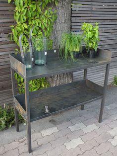 Planteringsbord i stål från svenska PKEK med Evakarin Forsell som formgivare och ägare. ...............................................................PKEK är varken mainstream eller trendigt, varken massproducerar eller maskintillverkar. Produkterna är varken perfekta eller identiska och därför personliga. De visar ansvar för såväl samhälle som miljö genom att stötta kvinnligt företagande i Thailand och inte använda onödigt emballage i frakt. Ett företag helt i min smak!
