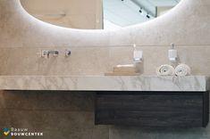 Deze marmeren badkamer oogt heel rustig door de natuurlijke kleuren die zijn gebruikt. Toch ook erg chique door de gebruikte materialen. Door de mooie witte handdoeken en luxe regendouche krijg je bijna een hotel gevoel! Showroom, Bathroom Lighting, Mirror, Furniture, Home Decor, Shabby Chic, Lush, Bathroom Light Fittings, Bathroom Vanity Lighting
