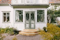 Window gridding is delicious Swedish Cottage, Swedish House, Cozy Cottage, Future House, My House, Estilo Country, Cottage Exterior, House Siding, Scandinavian Home