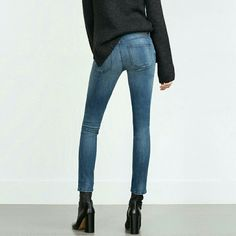 Zara Mid Rise Skinny Fit Excellent condition. Fast shipping. Reasonable offers considered! Thank you for shopping my closet! Xoxo Zara Jeans Skinny