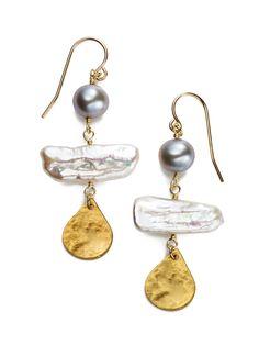 """毎日のコーディネートにも本物のジュエリーを。ラグジュアリーな素材をデイリーに、がテーマの「LuLusalon(ルルサロン)」。米国宝石学会鑑定士の資格を持つデザイナーが紡ぎ出すアイテムは、素材の持ち味を引き出した繊細な出来映えに目を見張ります。""""とても魅力的な女性、すてきなもの""""を意味するブランドネームの「LuLu」。そんな想いが込められた魅力あふれるジュエリーを、日々のお洒落の味方に付けてください。 ブランド: LuLusalon 色: パール 素材: K14ゴールドフィルド、真鍮、淡水パール、 仕様: モチーフ全長:5cm・モチーフ幅:2cm 比較対象価格: 希望小売価格 原産国: 日本"""