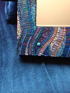 Este espejo de mosaico tiene varios iridiscente vitrales todo que se arremolinaba junto con algunos Van Gogh y el vidrio del espejo. He añadido algunos millefiori y granos para terminar este pedazo de arte 11 X 14. El centro del espejo biselado mide 6 X 6. El mosaico es un 1.5 en