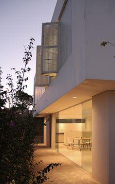 Sorocaba House von Estudio BRA Arquitetura in Brasilien Architecture Design, Beautiful Architecture, Design Exterior, Interior And Exterior, Exterior Cladding, Beautiful Homes, House Design, Studio, House Styles