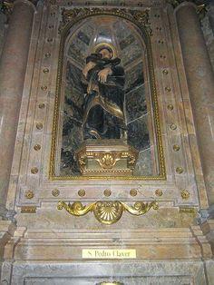 Imagen de san Pedro Claver, abrazando a un esclavo negro. Santuario de Loyola, en el municipio de Azpeitia, Guipúzcoa, País Vasco, (España).